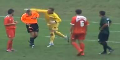 Irre! Keeper attackiert Schiedsrichter