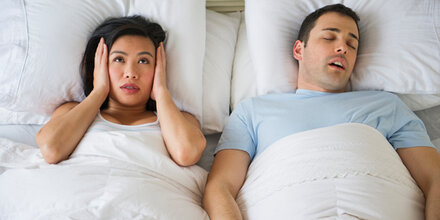 7 Dinge, die gegen Schnarchen helfen