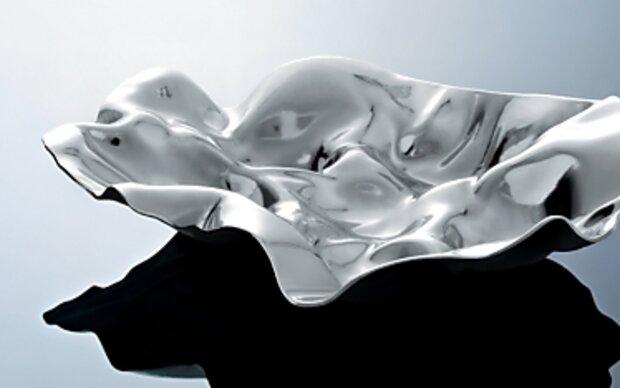 Glänzende Wohnaccessoires mit bewegter Struktur