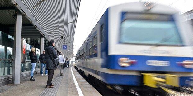 Flüchtlinge blockieren Bahnstrecke zum Flughafen Wien