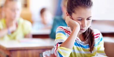 Schule Mädchen traurig
