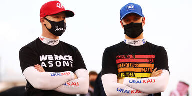Mick Schumacher und Teamkollege Nikita Masepin (beide Haas) stehen mit verschränkten Armen nebeneinander