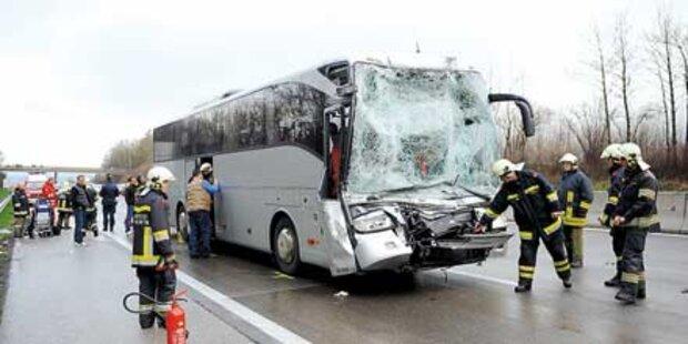 23 Verletzte bei Crash von Bus mit Lkw