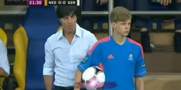 Löw schlägt Balljungen Ball aus der Hand