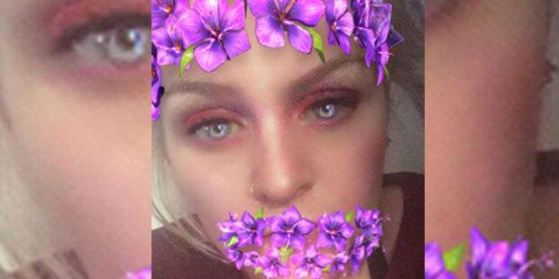 Sexy Frau macht Selfie - und ein Geist erscheint