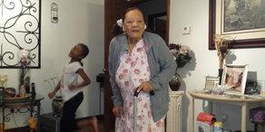 97-jährige rockt mit Enkelin!