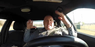 Polizist blamiert sich wegen Taylor Swift!