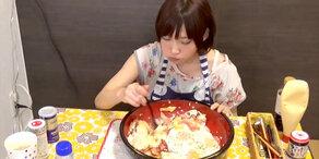 Japanerin isst 10 Spiegeleier!