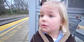 Kleinkind überwältigt von Zug!