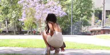 Sexy Frau fallen  Hoden aus dem Kleid