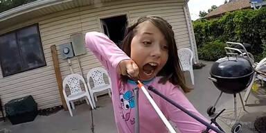 Mutiges Mädchen reisst sich Zahn mit Bogen