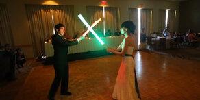 Hochzeitspaar liefert sich Lichtschwertschlacht!