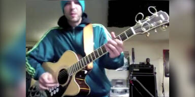 Mann spielt zwei Instrumente gleichzeitig