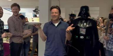 Jamie Oliver feiert mit Darth Vader