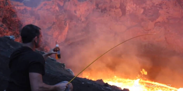 Mann röstet Marshmallows über Lava