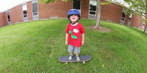 Unglaublich: Bub begeistert mit Skateboard-Trick