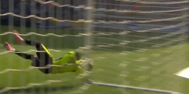 Knock-out: Goalie springt gegen Torstange