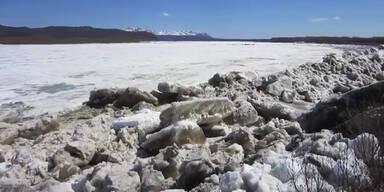 Riesige Eisschollen an Land geschwemmt