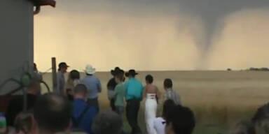 Tornado raste auf Hochzeitsgesellschaft zu