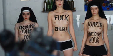 Femen- Aktivsitinnen gegen Demonstranten