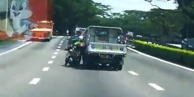 Bully-Autofahrer rammt Motorradfahrer