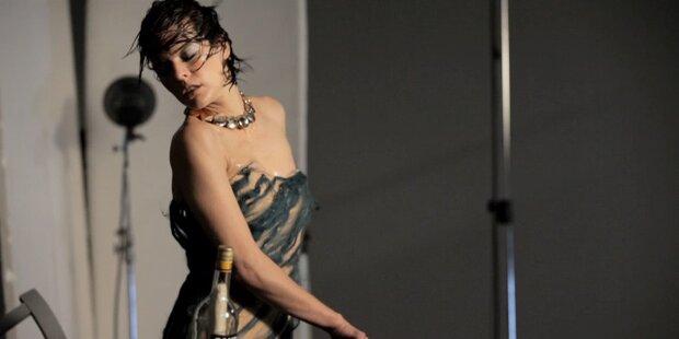 Campari gewährt erste Einblicke in Kalender mit Milla Jovovich