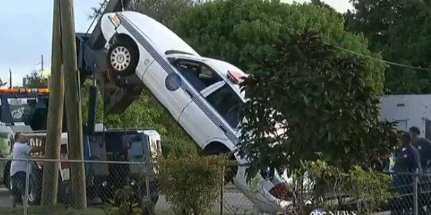 Polizeiauto 'parkt' senkrecht an Laterne