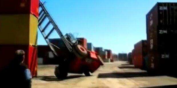 Riesen-Container fällt von Gabelstapler