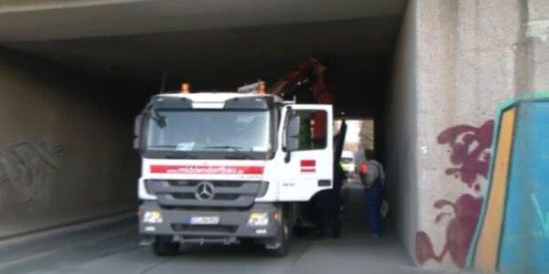 LKW bleibt mit Kran in Brücke hängen