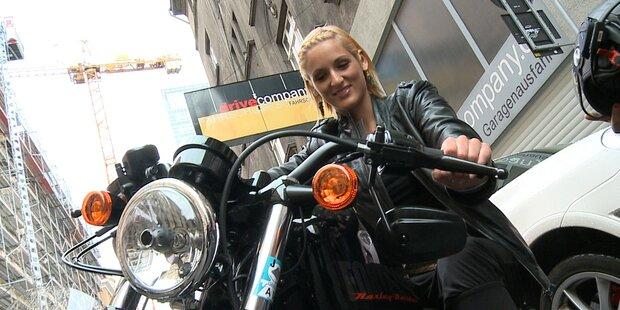 Harley-Fahrschule: Sexy Missen am heissen Bike