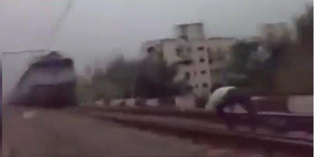 Verrückt: Mann lässt sich von Zug überrollen
