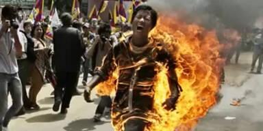 Tibetischer Mönch zündet sich selbst an
