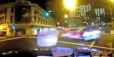 Schockvideo: Ferrari rast in Taxi - drei Tote!