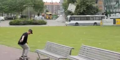 Kran lässt Beton-Platte auf Bus fallen