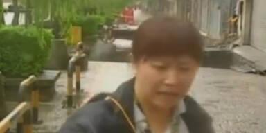 Taiwan: Fußgänger von Straße verschluckt