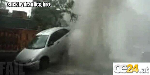 Wasserfontäne schiesst Auto in die Luft