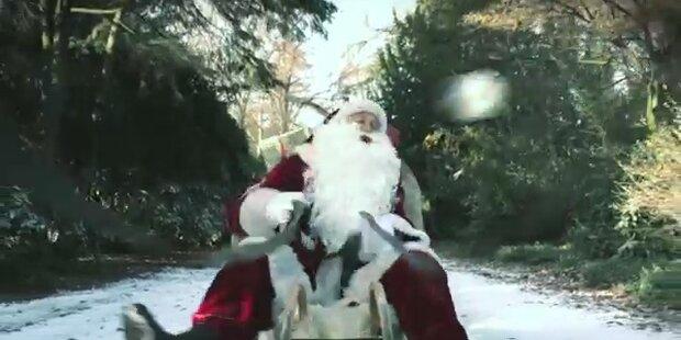 Kicker schießen Weihnachtsmann K.o.