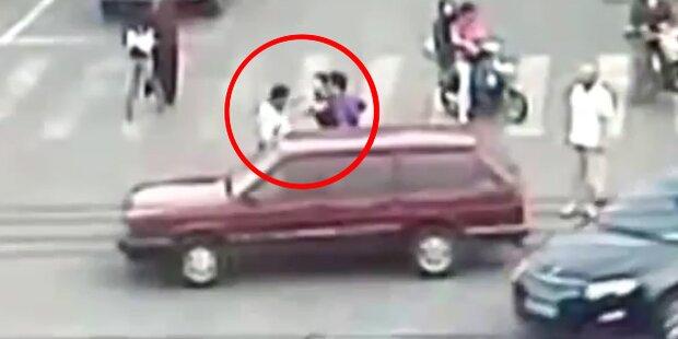 Chinesin verprügelt Verkehrspolizisten