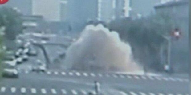 Wasserrohrbruch führt zu Straßen-Springbrunnen