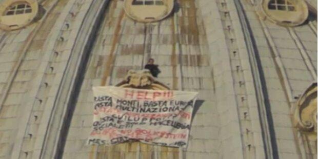 Mann klettert auf Kuppel von Petersdom