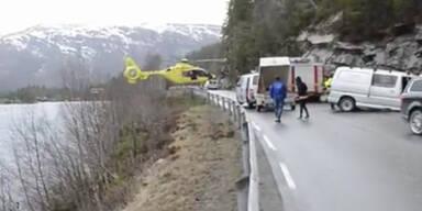 Hubschrauber landet auf Leitplanke