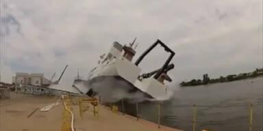 Peinlich: Schiff bei Stapellauf gecrasht