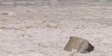 Eisschollen versenken Schiffe auf der Donau