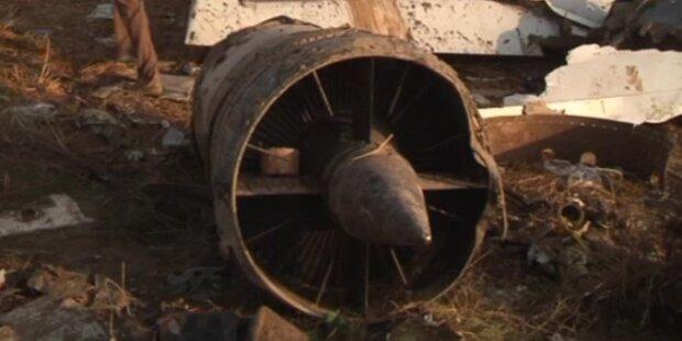 Passagiermaschine stürzt auf Dorf - 127 Tote