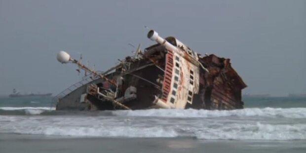 Alte Schiffe vermüllen Traumstrände