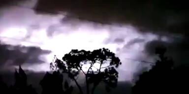 Grelle Lichtblitze setzen Himmel unter Strom