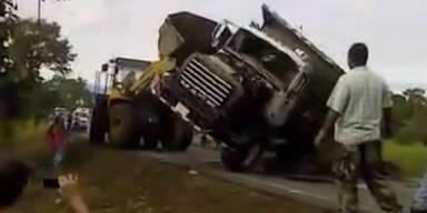 Peinliche LKW Bergung sorgt für ein Desaster