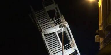 Schwerer Unfall: Schiff prallt gegen Tower