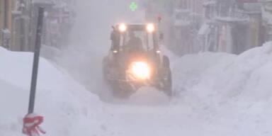 Schnee schließt Dörfer in Italien ein