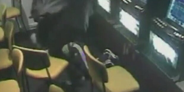 Räuber bedrohen Barkeeper mit Machete